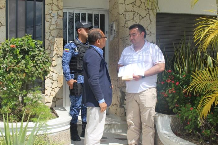 A la salida de la fiscalía 12 de Local de Sabanalarga. Lucio diáloga con Jorge Luis Alfonso.
