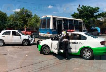 Dama daña su vehiculo al chocar contra microbus en Victoria