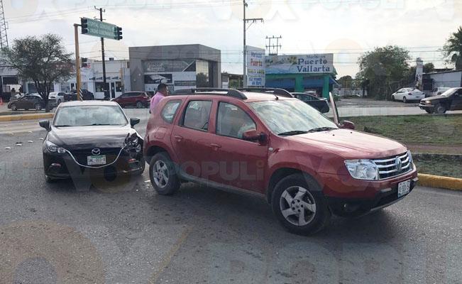 Despistado choca contra camioneta en boulevard de Victoria
