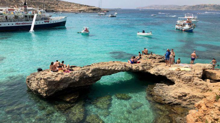 【マルタ観光】《コミノ島》ブルーラグーンへの船での行き方とフェリーの時刻表!