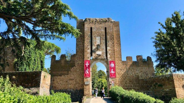 """【イタリア観光】チヴィタに行く途中にある町!ワインの産地""""オルヴィエート""""!行き方は?"""