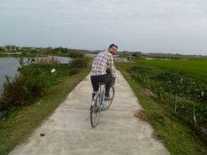 Laurent à vélo dans les rizières près d'Hoi An