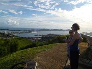 Annie en responsable tourisme nous fait découvrir Nouméa depuis les hauteurs