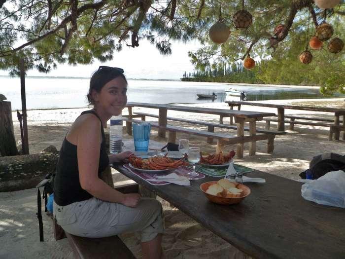 Dégustation d'une grosse langouste chacun en bord de plage paradisiaque.