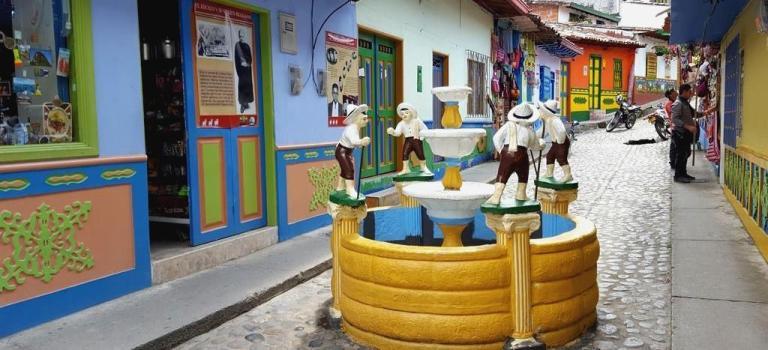 Avec ses «Zócalos»  Guatapé réinvente le street-art et devient le village le plus coloré de Colombie !
