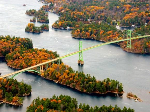 Vue aérienne du pont international des Mille-Îles