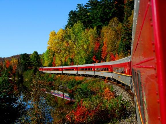 Vue latérale du train touristique du canyon Agawa en automne