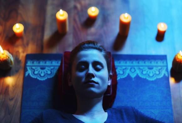 Gros plan d'une femme en séance de méditation dans une retraite de bien-être.