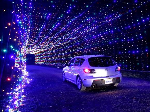 Voiture circulant dans le scintillant tunnel des lumières