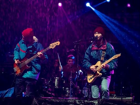 groupe rock faisant une prestation pour les invités qui célèbrent la veille du jour de l'An à Barrie.