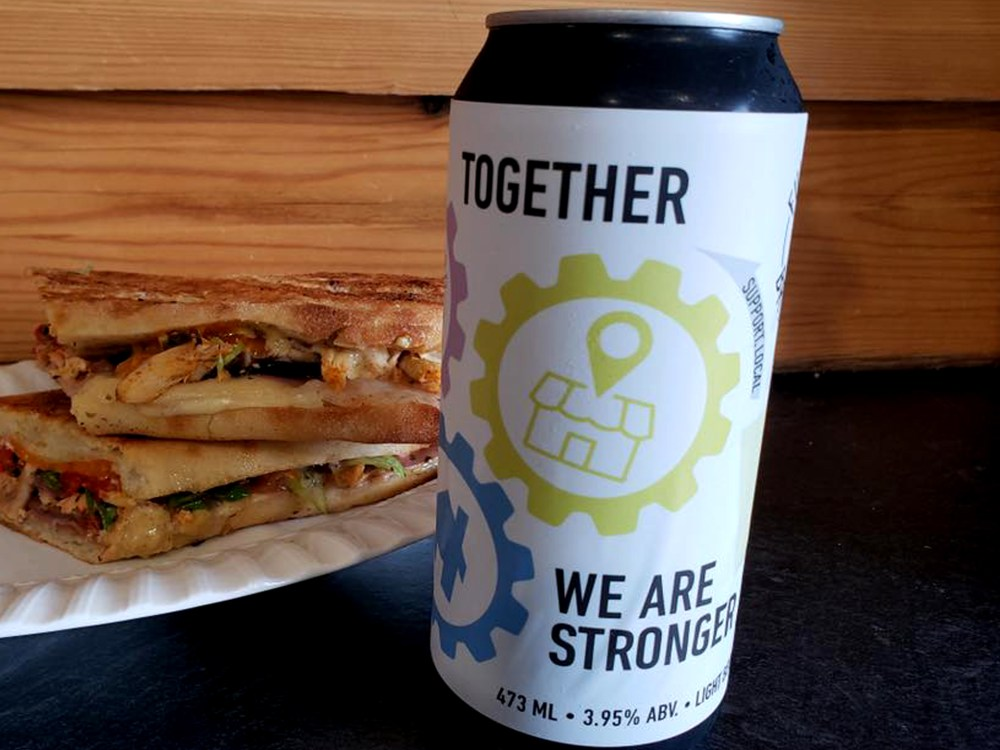 Cannette de bière et sandwich grillé