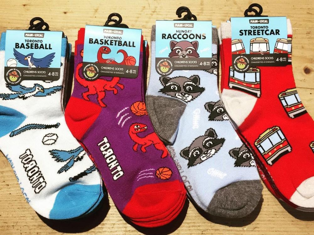 Quatre paires de chaussettes amusantes