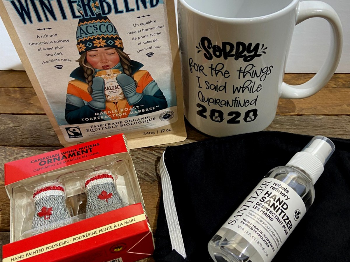 Du thé, une tasse, du désinfectant et des décorations de Noël