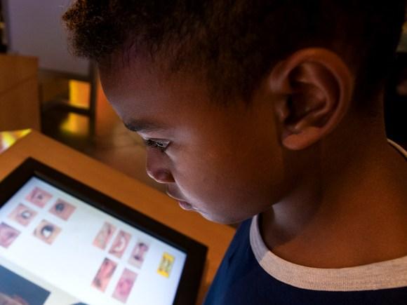 Un jeune garçon est absorbé par un programme numérique au Centre des sciences de l'Ontario