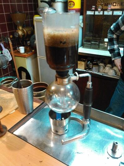 Etrange, du moins inhabituelle, machine qui fait du bon cafe