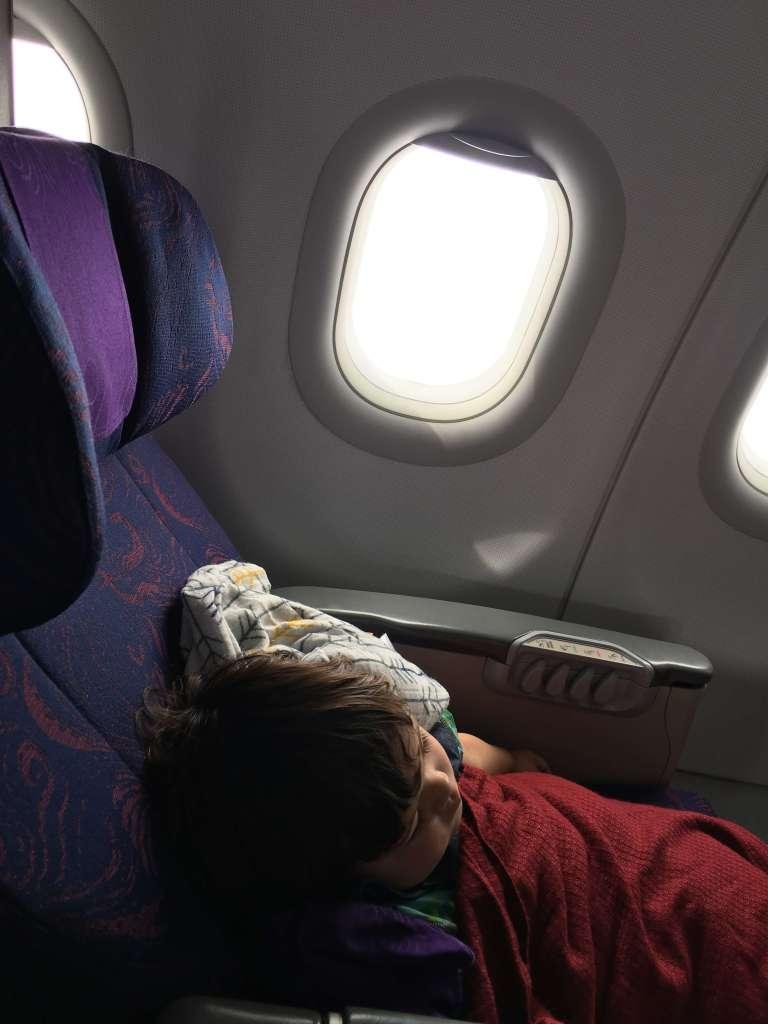 赤ちゃんが飛行機の中で泣いてしまったら?泣き止ませる方法