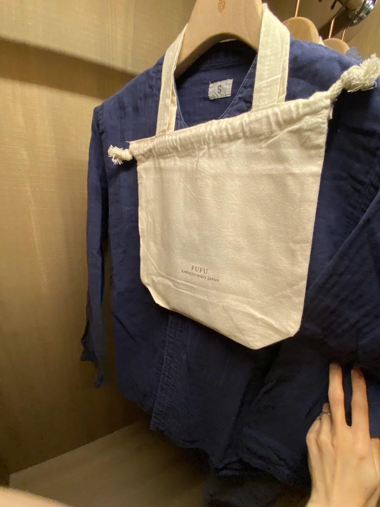クローゼットの館内着やミニバッグ