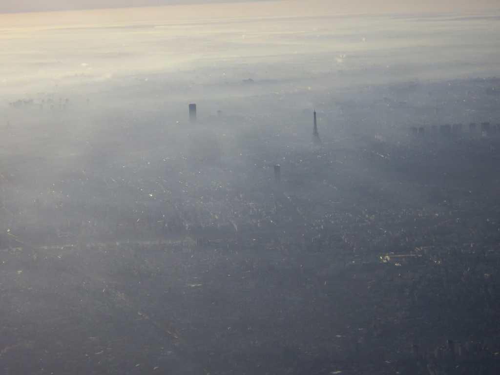 Paris, la Tour Eiffel, dans la brume matinale
