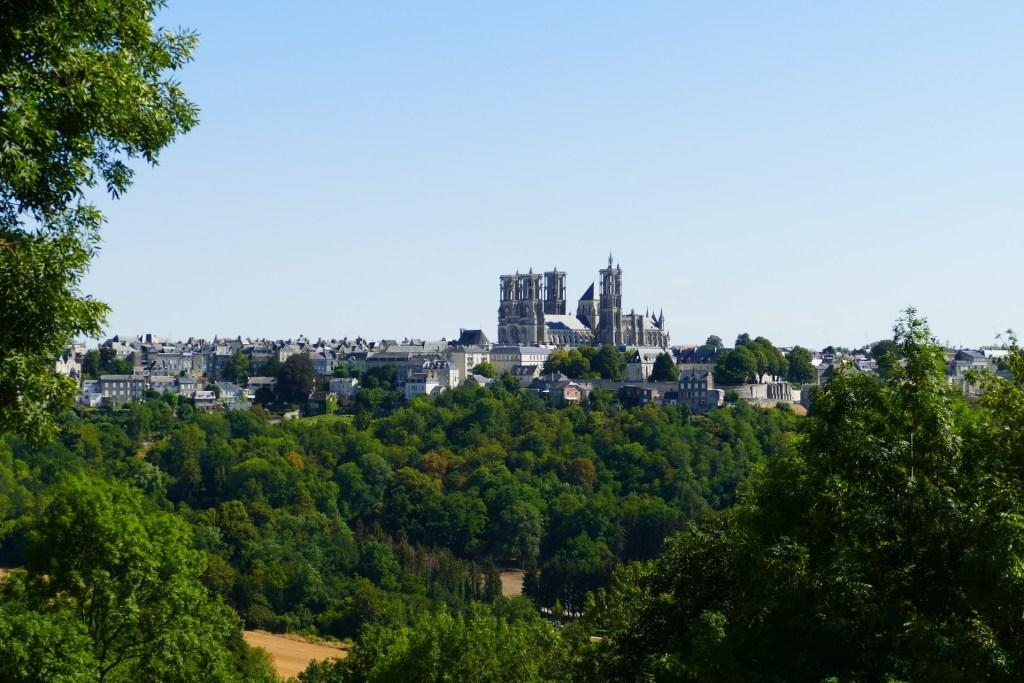 Cathédrale de Laon avec au premier plan la Cuve Saint Vincent