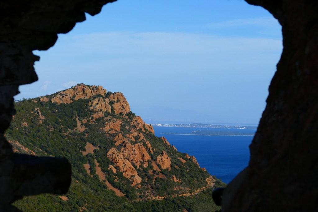 La Sainte Baume d'Honorat au pied du Pic du Cap Roux - vue sur l'île Saint Honorat