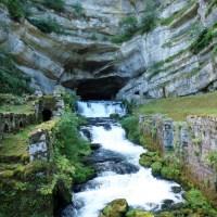 Source de la Loue, la rivière jaillit de la falaise