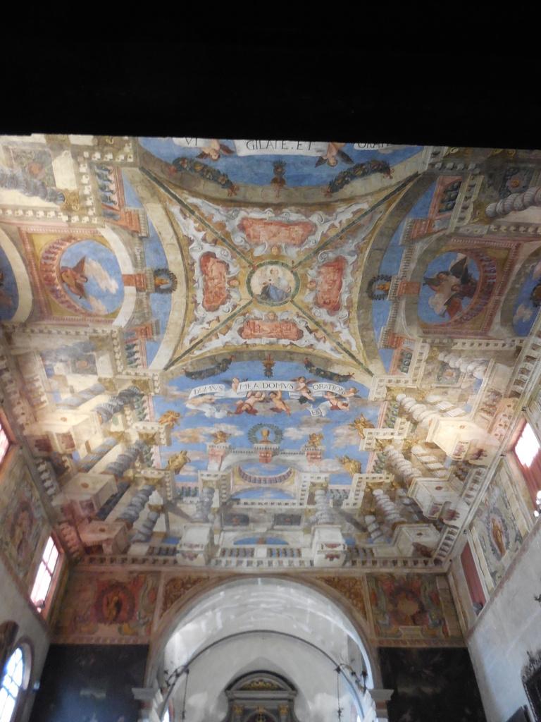 En entrant, nous ne pouvons que remarquer ce splendide plafond. Les fresques sont d'Antonio Torri et Pietro Ricchi (XVIIème)