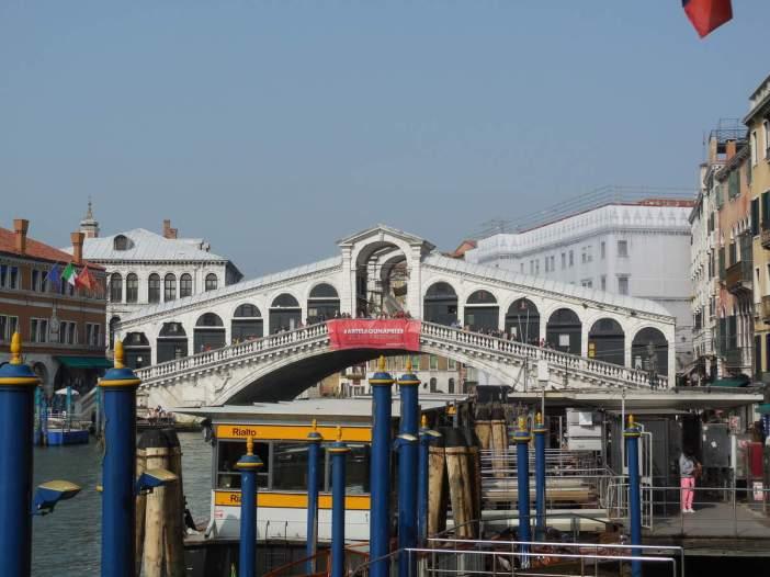 Il est le pont principal de Venise et le 1er à avoir été construit en pierre. La structure particulière se compose de 12 arcades doubles qui sont disposées de façon asymétrique et qui accueillent des activités commerciales.