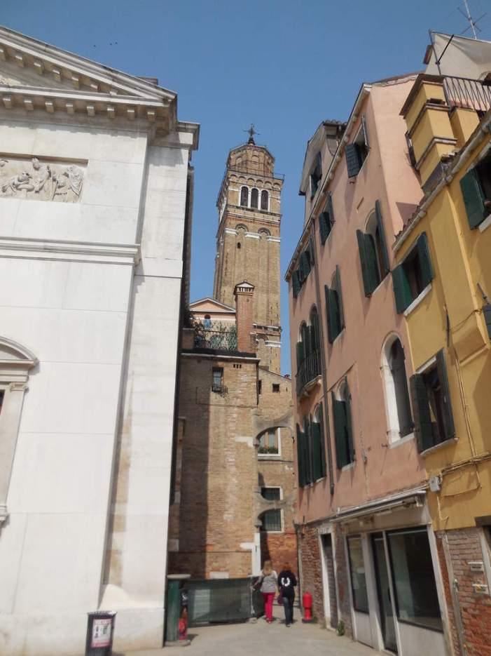 A droite de l'église, le campanile incliné de San Stefano