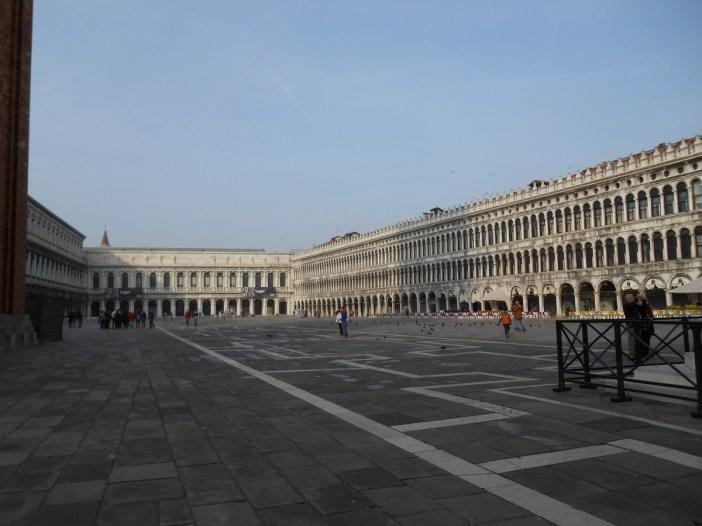 La place San Marco est pratiquement vide de touristes...Il est un peu tôt.