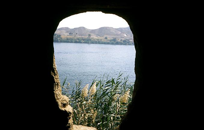grotte bord du nil