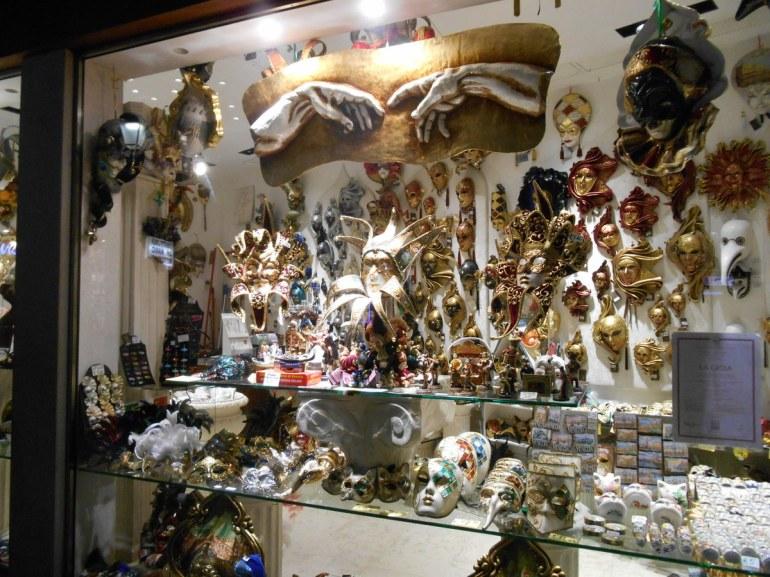 Impossibilité de ne pas évoquer le Carnaval et ses collections de masques!
