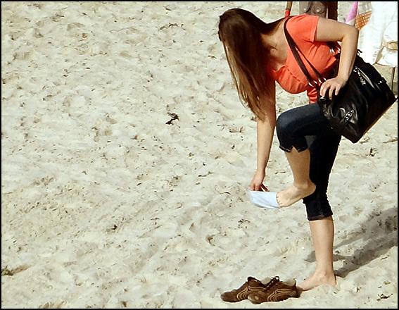 fille se deshabille plage