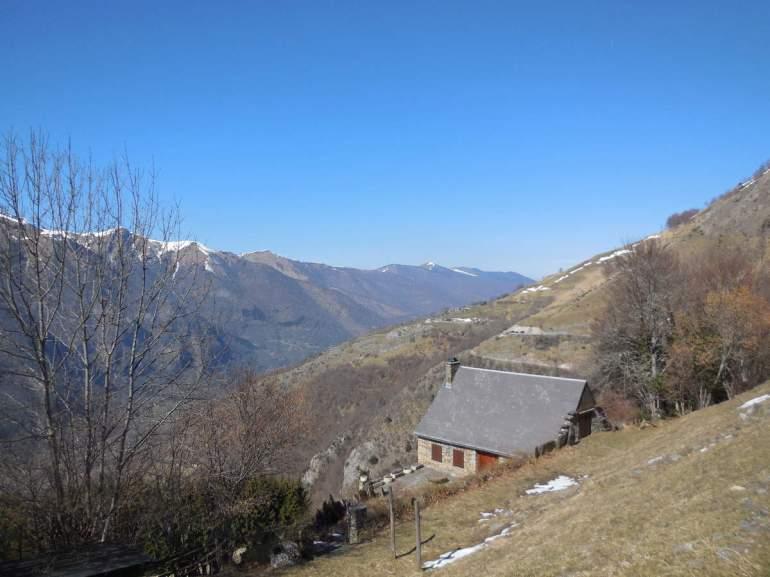 La grange de Caubet, et au fond, le village d'Artigue.