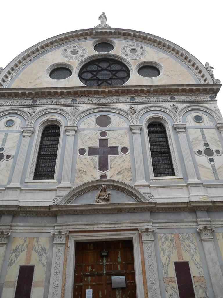 Façade en marbre polychrome incrustée de médaillons et de croix de porphyre rouge et vert.