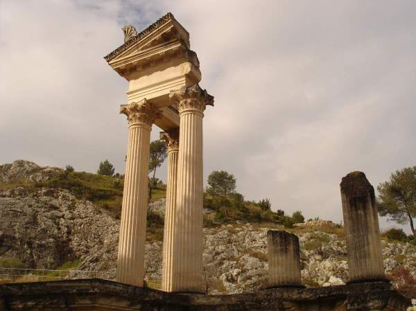 Saint-Rémy-de-Provence : plateau des Antiques et site archéologique de Glanum 12
