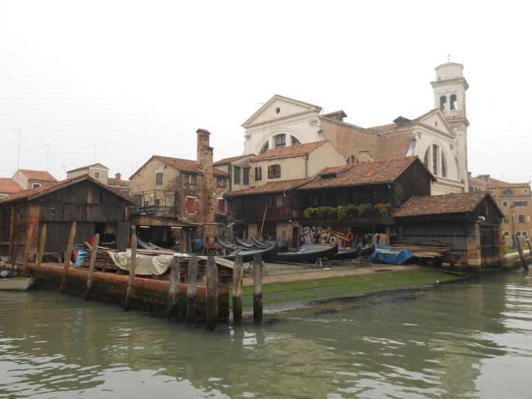 Situé à San Trovaso, ce bâtiment en bois fut construit au XVIIème siècle. Il servait à loger les charpentiers qui construisaient les gondoles. Aujourd'hui encore,il abrite les gondoles en réparation ou en construction.