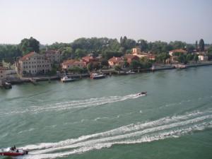Le ferry longe le Lido de Venise