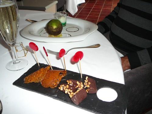 Dessert sphère menthe chocolat et mignardises