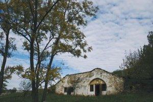 Tourisme Moldavie - Tara ; village insolite de maisons grottes en pierres 2