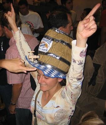 oktoberfest ambiance et chapeau amusant lors de la fête de la bière de Munich