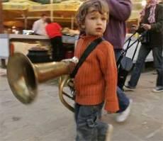 Guca enfant et trombone