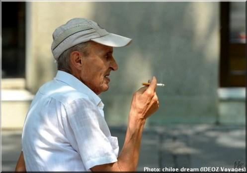belgrade serbie homme cigarette