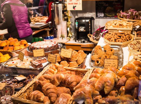 gateaux alsaciens et gourmandises sur le marché de noel du terroir à colmar en alsace