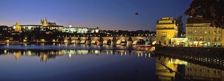 prague le pont charles de nuit