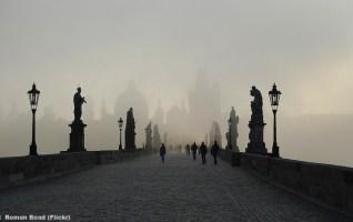 prague pont charles brouillard