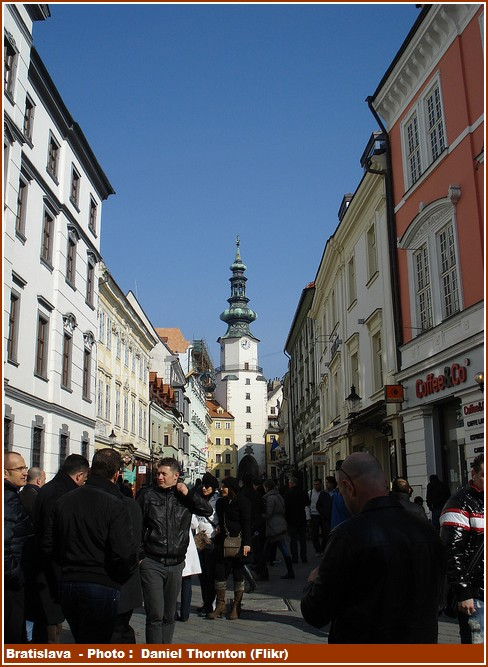Bratislava clocher et rue animée