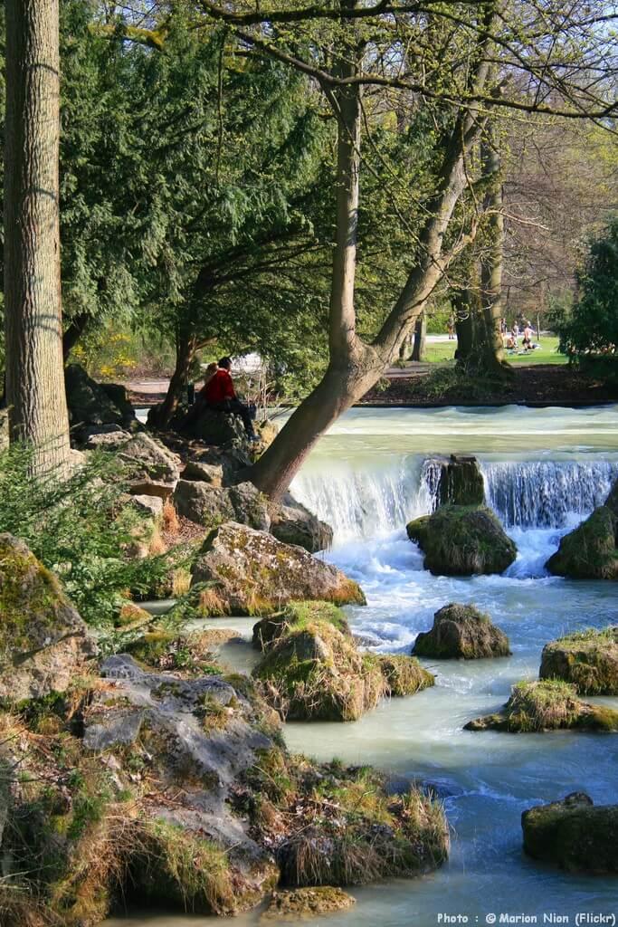 Cascade sur les bords de l'Isar à Munich au printemps