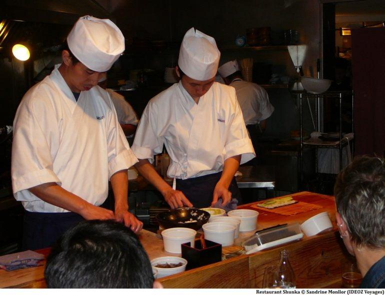 Cuisiniers préparant les repas au restaurant Shunka à Barcelone