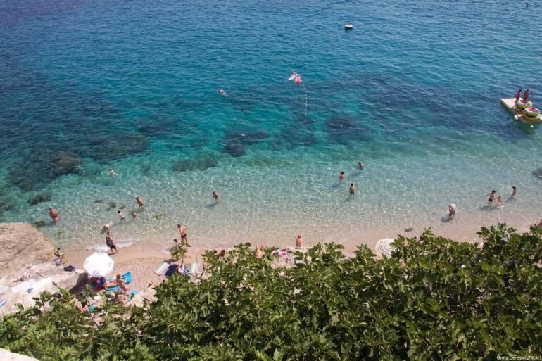 Eau turquoise à la plage de Banje à Dubrovnik