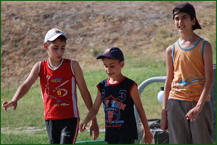 jeunes armeniens visitant le temple de Garni